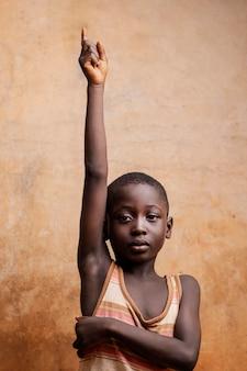Enfant expressif coup moyen posant