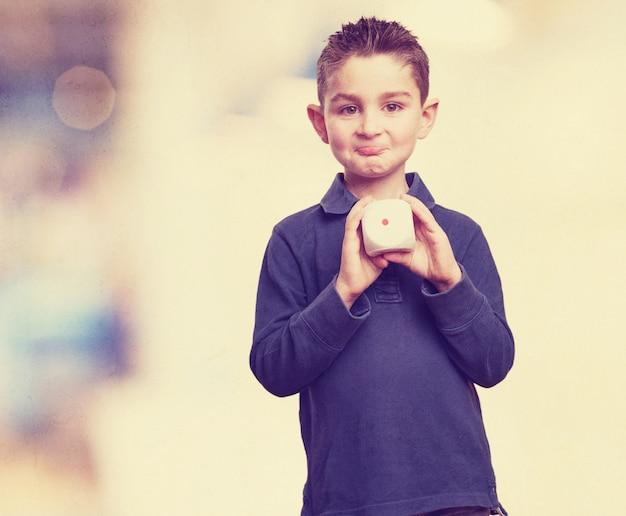 Enfant expressive montrant une filière