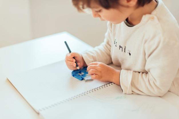 Enfant à faire ses devoirs