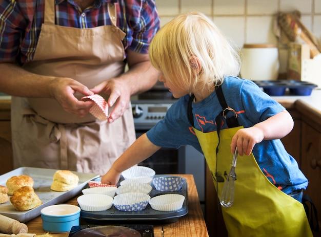 Enfant faisant la cuisine avec papa