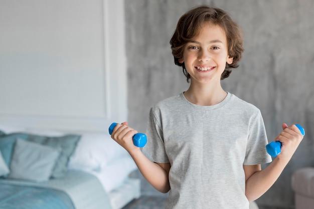 Enfant faisant du sport à la maison
