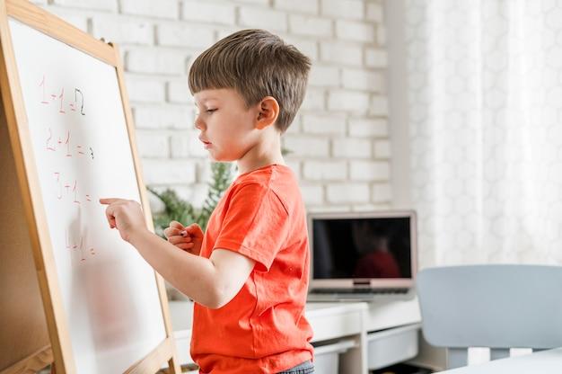 Enfant faisant des mathématiques à bord