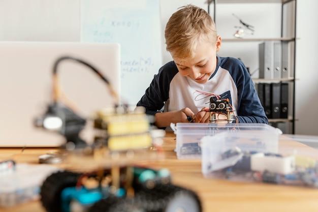 Enfant faisant un robot