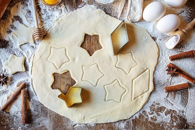 Un enfant fait un cookie. mise au point sélective.nourriture