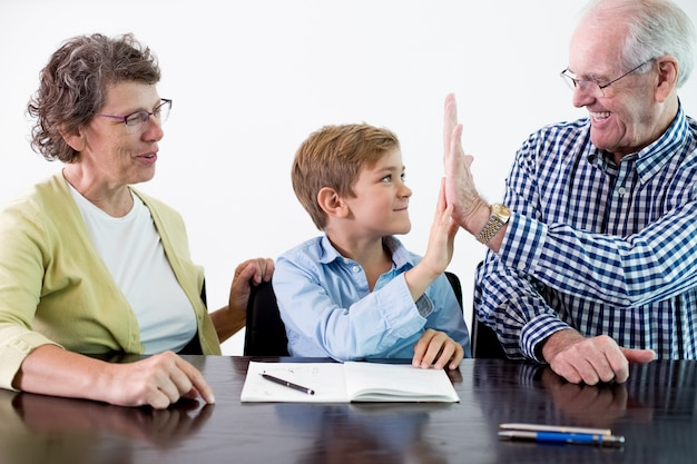 Enfant fait face donnant geste