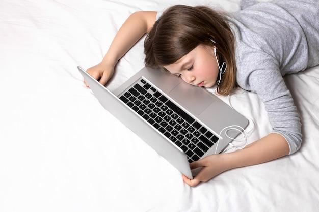 Enfant fatigué de l'apprentissage à distance et de l'enseignement à domicile à la maison pendant la quarantaine
