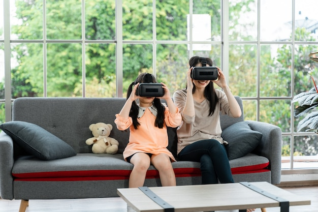 Enfant et femme avec casque de réalité virtuelle