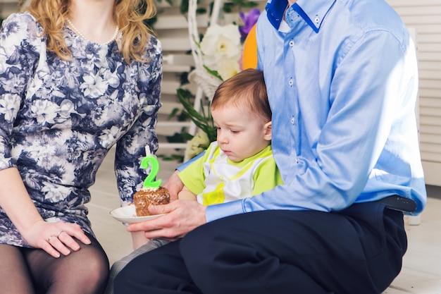 Enfant, fête d'anniversaire et concept d'enfance - petit garçon avec des ballons à l'intérieur.