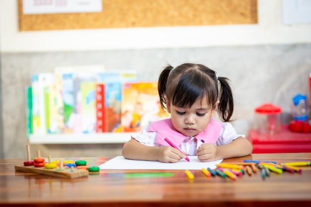 Enfant fille d'âge préscolaire dessin et coloriage