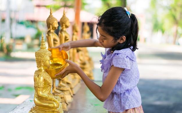 Enfant fille asiatique douche buddha
