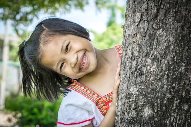 Enfant de fille asiatique mignon souriant à la caméra