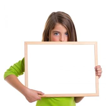 Enfant fille avec cadre blanc copie espace tableau blanc