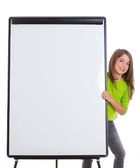 Enfant fille heureuse avec flip chart blanc copie espace blanc