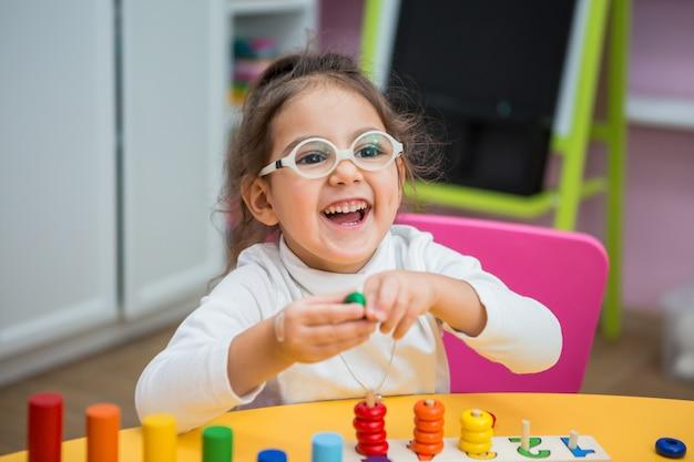 Enfant fille joue dans les classes éducatives