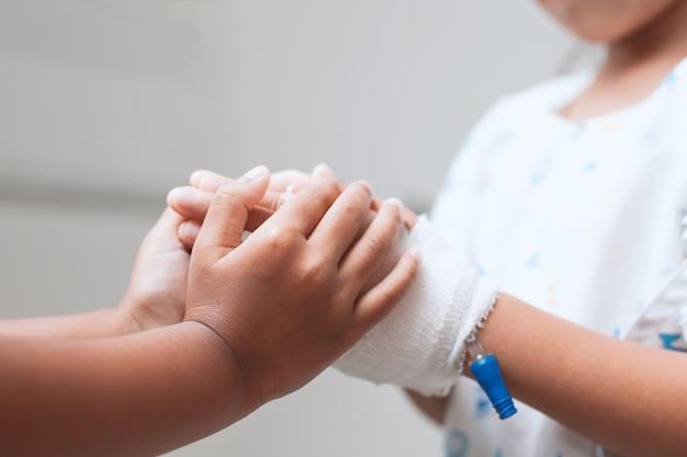 Enfant, fille, tenue, malade, jeune soeur, main, qui, iv, solution, bandé, amour
