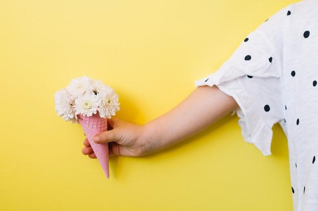 Enfant avec des fleurs en cône