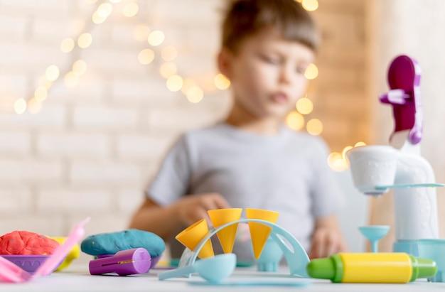 Enfant flou jouant avec des jouets