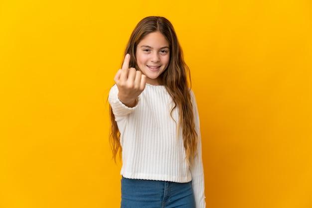 Enfant sur fond jaune isolé faisant un geste à venir