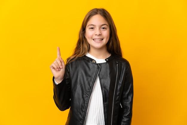 Enfant sur fond jaune isolé pointant vers une excellente idée
