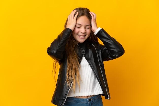 Enfant sur fond jaune isolé en riant