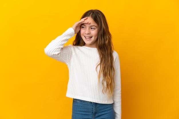 Enfant sur fond jaune isolé souriant beaucoup