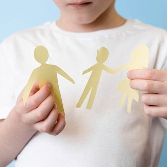 Enfant avec forme de famille de papier