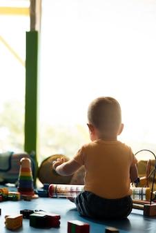 Enfant garçon et mère jouant avec un jouet éducatif.