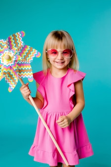 Enfant, girl, sourire, lunettes soleil, tenue, moulin vent, bleu, espace