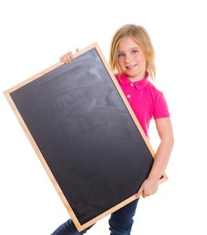 Enfant gosse fille heureuse holding tableau noir fond