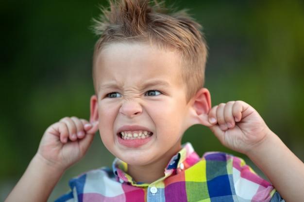 Un enfant grimaçant, drôle de visage idiot
