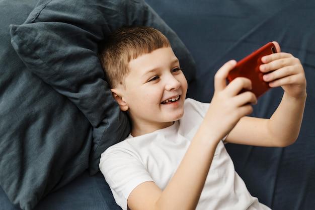 Enfant de haute vue jouant sur téléphone mobile