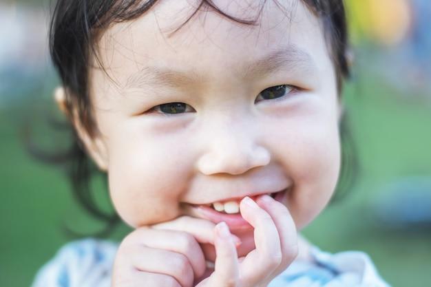 Enfant heureux avec l'automne jouant en plein air dans le parc du printemps