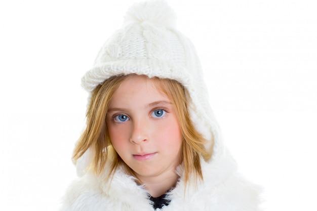 Enfant heureux blond enfant fille portrait hiver laine blanc bonnet