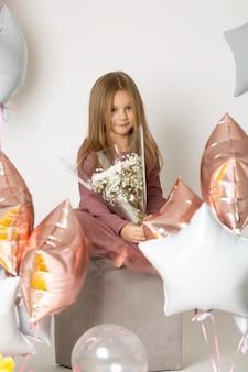 Enfant heureux avec un bouquet