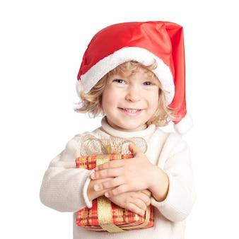 Enfant heureux avec cadeau de noël isolé sur fond blanc