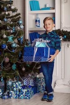 Enfant heureux avec un cadeau de noël.