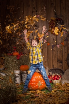 Enfant heureux célébrant thanksgiving