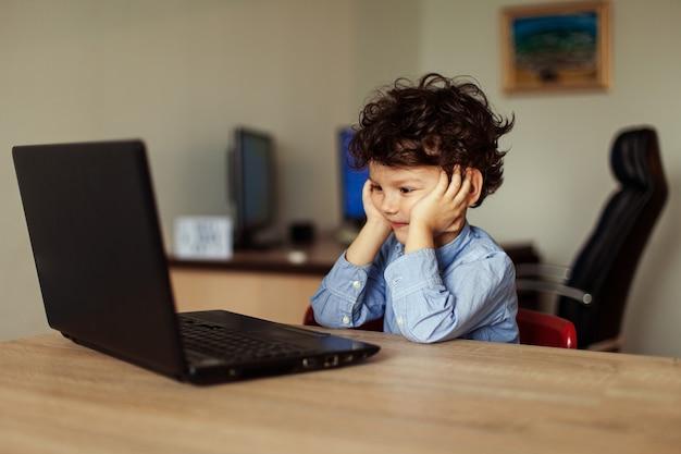 L'enfant heureux communique en ligne avec ses proches