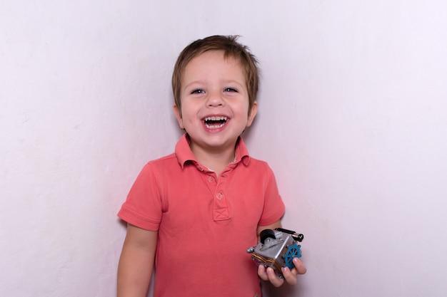L'enfant heureux avec un cube dans ses mains