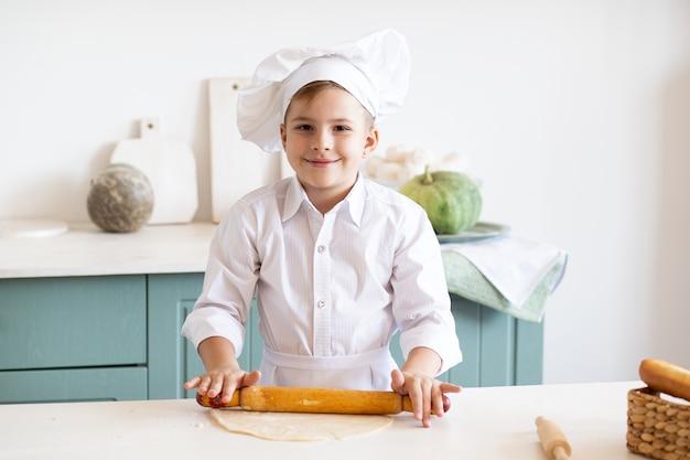 Enfant heureux, cuisine, dans, cuisine, porter, toque