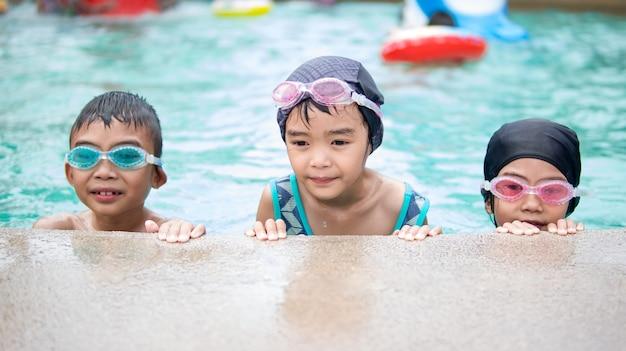 Enfant heureux dans la piscine