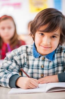 Enfant heureux à l'école
