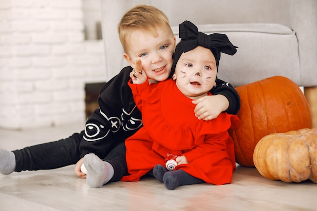 Enfant heureux à la fête d'halloween. childhaving amusant à l'intérieur. bby en costume. concept d'enfants prêts pour une fête.