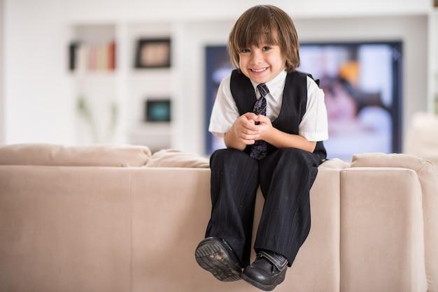 Enfant heureux à la maison