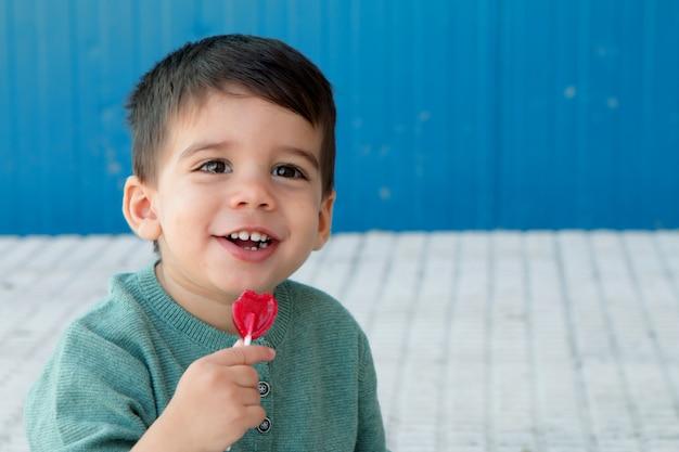 Enfant heureux manger une sucette