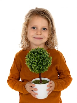 Enfant heureux avec un petit arbre