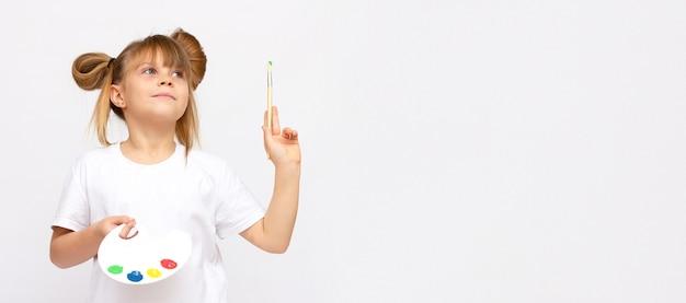 Enfant heureux sur le thème de l'art petite fille mignonne peignant une image, d'isolement sur la bannière blanche avec l'espace de copie
