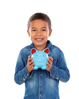 Enfant heureux avec une tirelire bleue