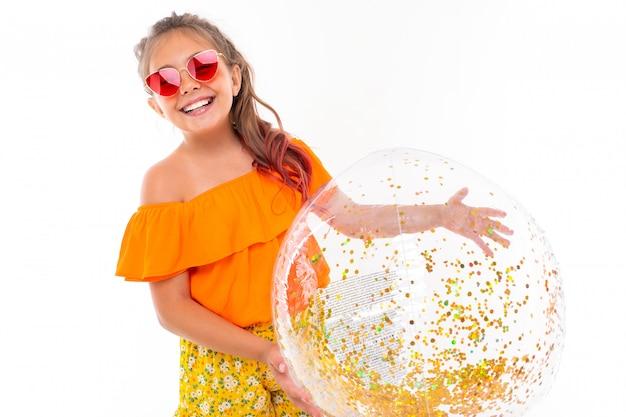 Enfant heureux en vacances d'été, fille en maillot de bain avec un large sourire sur son visage
