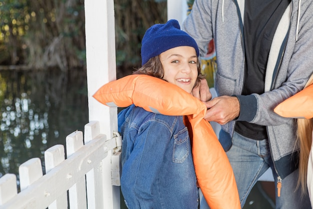 Enfant heureux avec la veste en jean et gilet